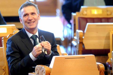 Ap-leder og statsminister Jens Stoltenberg har grunn til å smile: Arbeiderpartiet går kraftig fram i ny meningsmåling.