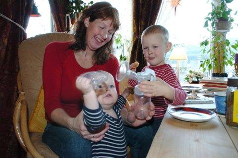 PRODUKTIV ÅDØLING: ? Det var bare å stå på, sier Siri Thengs, her fotografert med sønnene Ole Jørgen og Syver Rønjus hjemme i stuen i Øvre Norddalen.