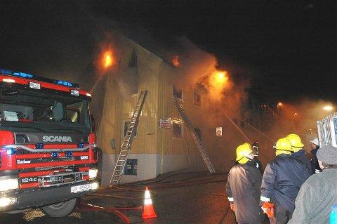 Det brenner fortsatt i bygården i Marstrands gate i Kristiansund. (Foto: Bjørn Hansen, Tidens Krav)