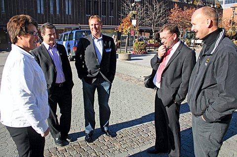 """JURYEN HAR TALT: LSK-hallen er det beste navnet, syntes """"bankjuryen"""" Trine Ullereng (fra venstre), Halvor Danielsen, Morten Langseth og Geir Tore Nielsen. Til høyre markedssjef i LSK, Robert Lauritsen. FOTO: ESPEN SOLBAKKEN"""
