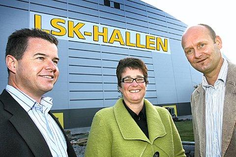 LSK-HALLEN: Det hvite feltet bak Halvor Danielsen (Nordea), Trine Ullereng (Lillestrømbanken) og Robert Lauritsen (LSK) trengte bokstaver. Navnet ble LSK-hallen og slik kan logoen bli. På dette bildet er den bare skrevet på.  FOTO: KAY STENSHJEMMET/ILLUSTRASJON