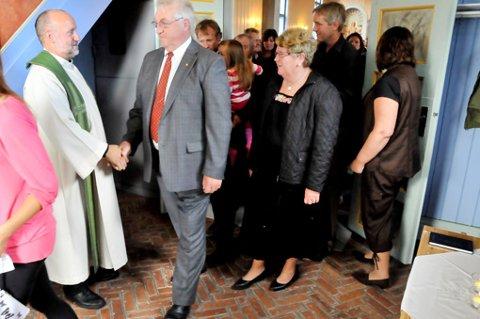 Sognepresten hilser på ordfører Jan A. Mærli.