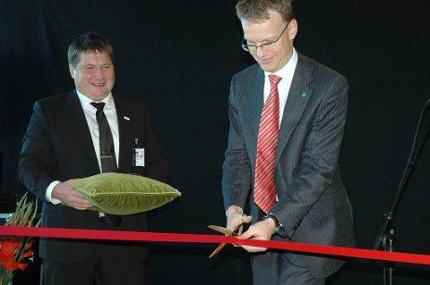 Statassekretær Erik Lahnstein (Sp) foretar den offisielle åpningen av nye Alta lufthavn. Lufthavnsjef Charles Kristiansen til venstre.