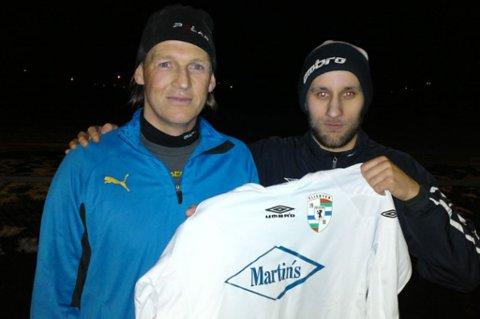 MED DRAKTA: Flisbyens trener Kenneth Faanes holder et godt tak rundt sin nyeste stjerne: Torgeir Bjarmann. FOTO: PRIVAT