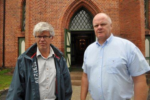 Anders Johnsen i Tvedestrand menighetsråd og ordfører Jan Dukene oppfordrer folk som har behov for å snakke med noen om å komme til Tvedestrand kirke.