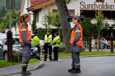 STERKE OPPLEVELSER: Hjelpekorpset fra Eidsvoll og Hurdal Røde Kors møtte de pårørendes frustrasjon og sorg på nært hold natt til lørdag. FOTO: HÅKON MOSVOLD LARSEN/SCANPIX