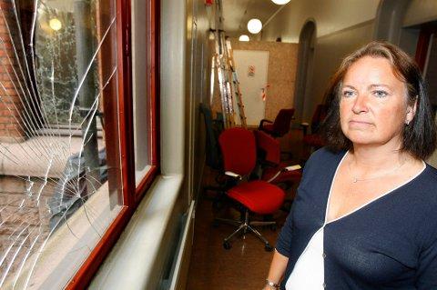 FLYTTET FRA KONTORENE: Heidi Heggenes må styre finansdepartementet fra et midlertidig åpent kontorlandskap etter at terrorbomben forårsaket store skader på regjeringskvartalet. ALLE FOTO: KAY STENSHJEMMET