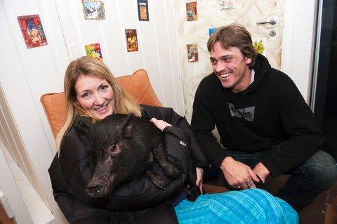 Grisen «Dennis» kom på overraskende besøk til Knut Skaar på lille julaften, men eier Anne Kristin Teigen (til venstre) og Dennis ble gjenforent i løpet av kveld.