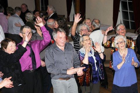 Her er klokka passert midnatt, og orkesteret spiller siste melodi, mens «fansen» takker for en fantastisk kveld i rådhuset. (Foto: Øystein K. Darbo)