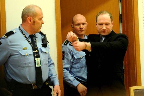 Ifølge Geir Lippestad gjorde Anders Behring Breivik en høyreekstrem hilsen da han ankom rettssalen i Oslo tinghus.
