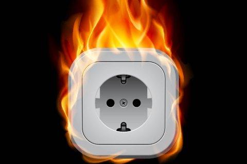 I fyr og flamme: Slitte stikkontakter kan bli brannfeller.