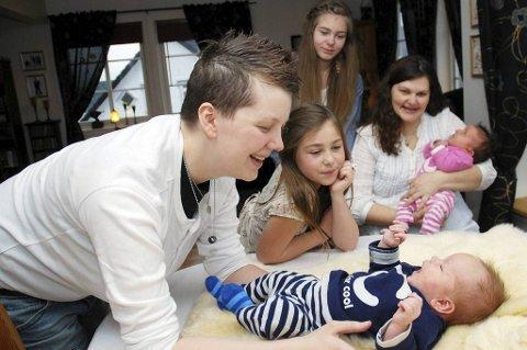 Lisbeth og Cindy Bjørkmann trives i nytt hus sammen med barna Marita, Martine, Celine og Lucas.