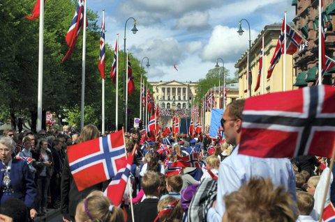 Karl Johans gate 17. mai 2011 - et folkehav. 103 tog deltok. SSB opplyser onsdag at det om en drøy måned vil være fem millioner mennesker her i landet.