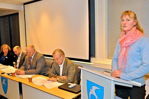 Line Mørch gikk på talerstolen og fortalte at Venstre ikke klarte å finne en person som kan være med å planlegge og gjennomføre årets 17. maifeiring i Tvedestrand.