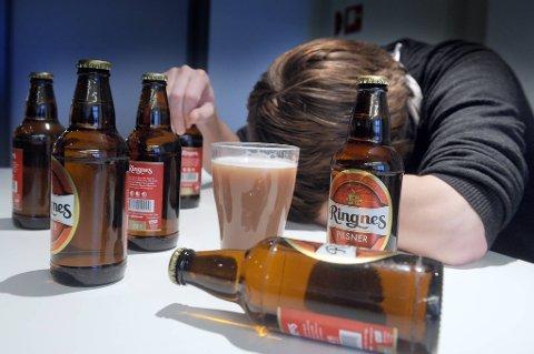 Nordmenn drikker stadig mer i ukedagene, samtidig som de opprettholder helgefylla. - Livsfarlig, mener eksperter.