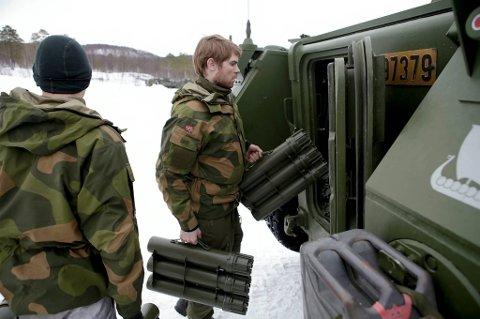 Soldater fra Telemark bataljon gjør seg klar og laster opp ammunisjon til den største skarpskytterøvelsen noen sinne.
