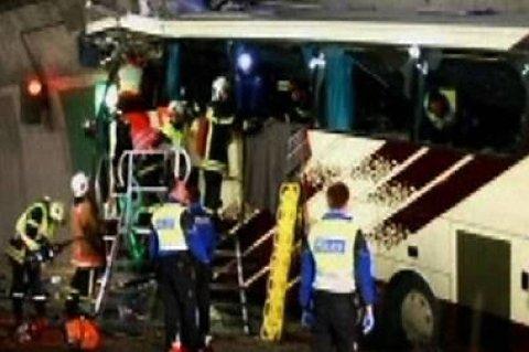 22 belgiske skolebarn og seks voksne, blant dem de to sjåførene, omkom da en buss kjørte i tunnelveggen i Vallais i Sveits natt til onsdag. Barna var på vei hjem fra skiferie.