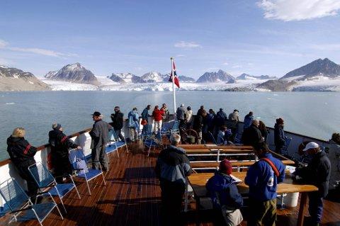 Mens cruisepassasjerene og bussreisende brukte i snitt rundt 100 kroner per person per dag, la hver enkelt som ankommer med fly og bil igjen henholdsvis 633 og 400 kroner daglig. Bildet er fra et cruise på Svalbard.
