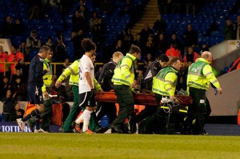Fabrice Muamba blir fraktet av banen etter kollapsen lørdag.