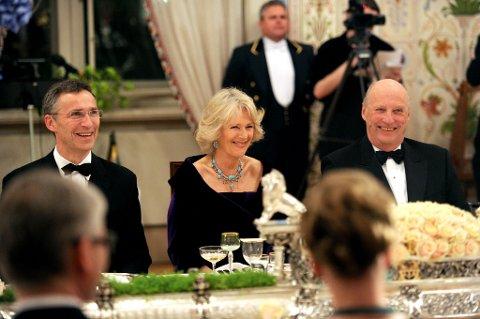 Mange smil og godt humør under tirsdagens slottsmiddag.