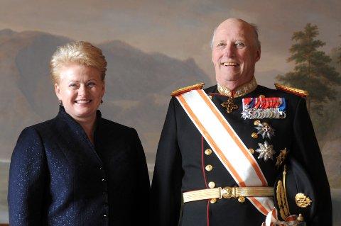Kong Harald deltok på 204 offisielle arrangementer i fjor . Her sammen med Littauens president  Dalia Grybauskaité i april i fjor.