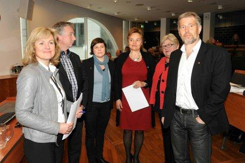 Staten er i gang med sine lønnsforhandlinger. Fra venstre; statens personaldirektør Merethe Foss Liverud, Pål N. Arnesen (YS Stat), Rikke Ringsrød (Akademikerne), statsråd Rigmor Aasrud, Tone Rønoldtangen (LO Stat) og Arne Johannessen (Unio).