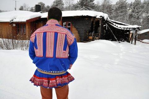 Mannen (35) utenfor det brannskadde huset sitt i Karasjok.