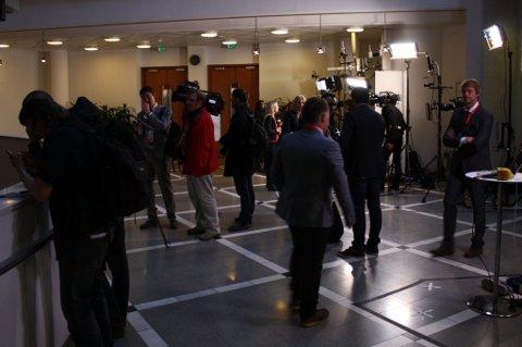 """All kontakt mellom presse og rettens aktører foregår i """"mixed zone"""" utenfor rettssalen. FOTO: RUNE BERNHUS"""