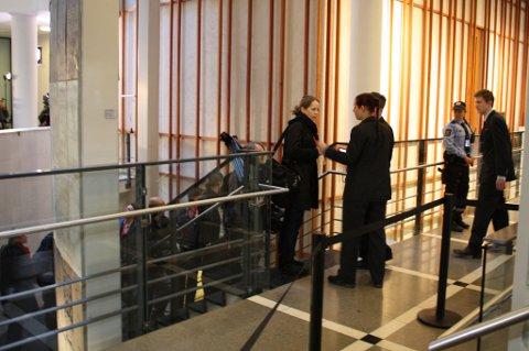 Alle som skal inn i rettssalen må gjennomgå en sikkerhetskontroll utenfor tinghuset. Deretter må alle som har adgang til tinghusets 2. etasje gjennom en ny kontroll. FOTO: RUNE BERNHUS