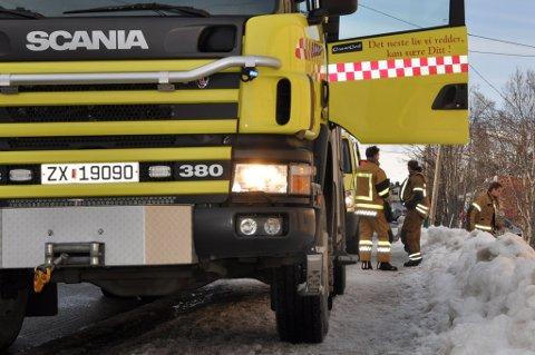 Disse brannmannskapene rykket i 17-tiden ut til en adresse i Idrettsveien i Hammerfest, men alarmen skyldtes bare matlaging. Foto: Bjørn Egil Jakobsen