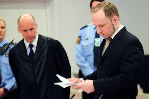 Anders Behring Breivik sier han ble født i et fengsel og har levd hele sitt liv i fengsel, og at vissheten om at han skal dømmes til fengselsstraff derfor ikke skremmer ham.T. v advokat Geir Lippestad.