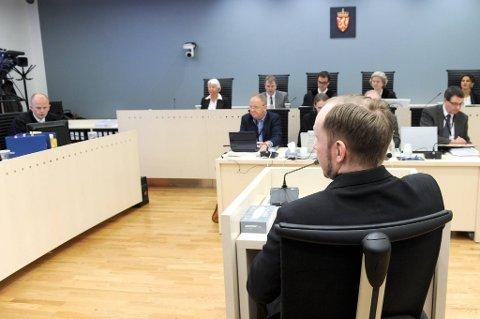 Anders Behring Breivik forklarer seg i Oslo tingrett fredag.