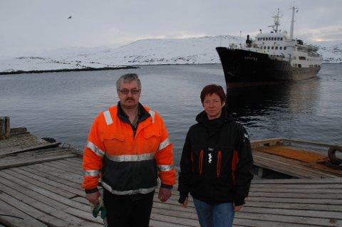 EKSTRAARBEID: For Nina Eilertsen og Rolf Johansen i Nordkynterminalen blir det mye ekstraarbeid framover siden hurtigruta, med unntak av lille «Lofoten» i bakgrunnen, ikke vil gå til den skadede ekspedisjonskaia.
