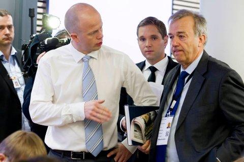 Statsadvokat Svein Holden utsetter utspørringen om de sakkyndiges rapporter. Her med riksadvokat Tor Aksel Busch (t.h.).