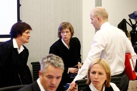Statsadvokat Svein Holden (t.h.), bistandsadvokat Mette Yvonne Larsen (t.v.) og bistandsadvokat Siv Hallgren under mandagens rettssak mot Anders Behring Breivik.