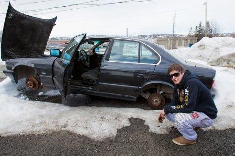 Slik fant Jan Einar Jørgensen sin BMW. Frekke tyver har tatt fire splitter nye dekk og felger, og latt bilen ligge delvis med understellet på bakken.