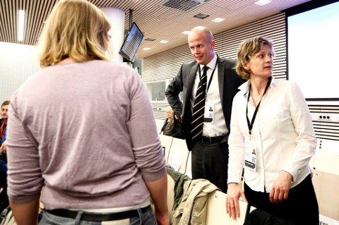 Statsadvokat Svein Holden og koordinerende bistandsadvokat Siv Hallgren snakker med overlevende og pårørende i sal 250 i Oslo tinghus torsdag.
