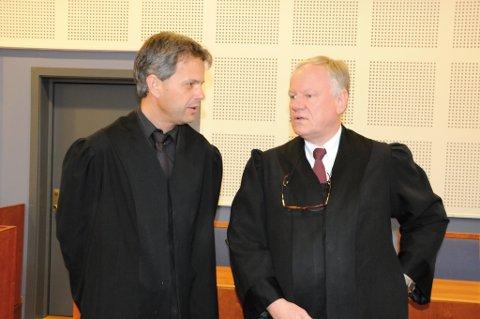Ole J. Devold forsvarer 19-åringen mens Sigurd Klomsæt forsvarer den 35 år gamle fostersaken i drapssaken som nå pågår i Aust-Agder tingrett.