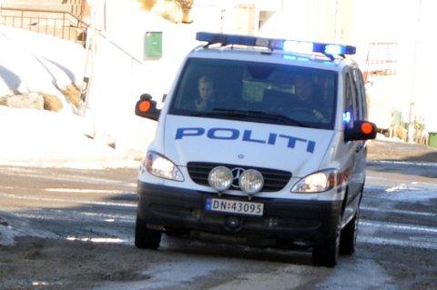 Her rykker politiet ut etter melding om trusler i Hammerfest torsdag.