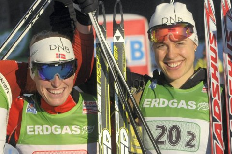 Verdensmesterne Tora Berger (til venstre) og Synnøve Solemdal skal kurse unge idrettsjenter i ernæringsteori.