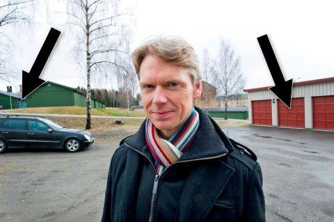 Etter at Bjørn Lien  ble frastjålet bilen sin, har biltyver tyvlånt garasjen til venstre snaut 50 meter unna Liens egen garasje (t.h.).