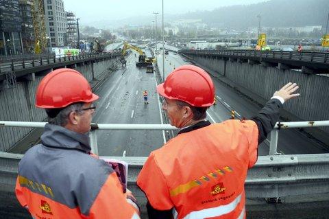 Det er full stans i 34 veiprosjekter i Norge. På bildet er det statsminister Jens Stoltenberg  på Bispelokket i Oslo, i forbindelse med at rivingen av trafikkmaskinen startet. Her får statsministeren en orientering av prosjektleder Svein Røed i Statens vegvesen.