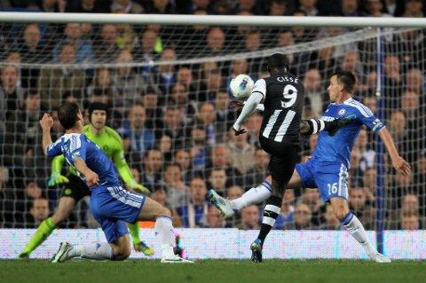 Her dundret Papiss Cissé inn et vakkert mål mot Chelsea.