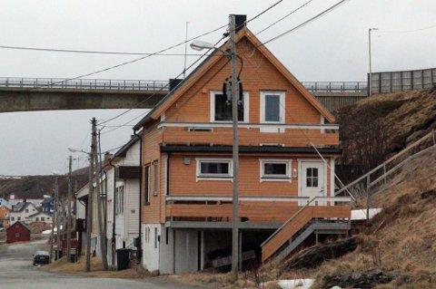 I dette huset, midt i Havøysund, bodde 65-åringen da han forsvant rett før julen 1999. Foto: Privat