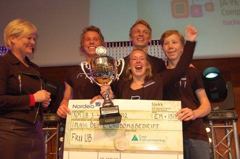 Lykkelige vinnere sammen med prisutdeler. Fra venstre: Kunnskapsminister Kristin Halvorsen, Sebastian Førum, Karoline Krogstad, Bjørn Sondre Saltvik og Vegard Røise Samuelsen.
