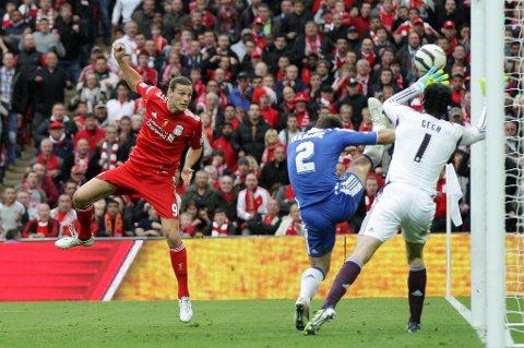 TV-bildene klarte ikke å gi et skikkelig svar på om hele ballen var over streken eller ikke da Andy Carroll nikket den mot mål på stillingen 2-1 til Chelsea.