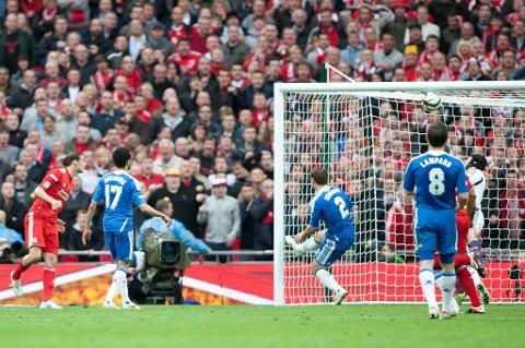 Petr Cech mener at denne ikke var over mål, mens ikke overraskende Andy Carroll mener noe annet.