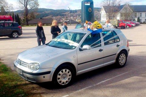 HÆRVERK: To russegutter har erkjent at de sto bak hærverket mot denne personbilen på kirketorget.