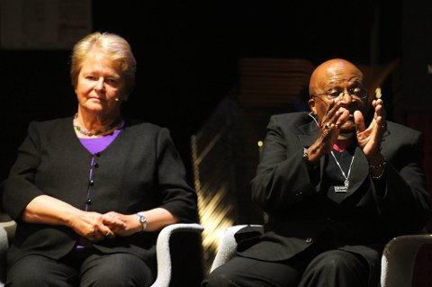 Tidligere statsminister Gro Harlem Brundtland og Desmond Tutu fra The Elders var tilstede på litteraturhuset onsdag.