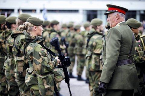 Kong Harald fronter introduksjonen av norske våpensystem i Polen. Bildet er fra Krigsskolen, da kongen deltok i en markering i 2009.